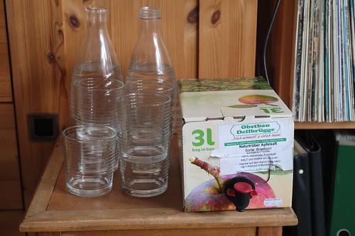 Naturtrüber Apfelsaft (in Bag in Box) und Wasser zum Mischen