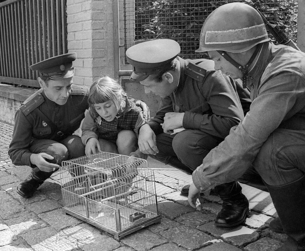 1968. Советские солдаты на фото с чешской девушкой