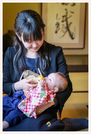 お食い初め ミルクを飲む赤ちゃん