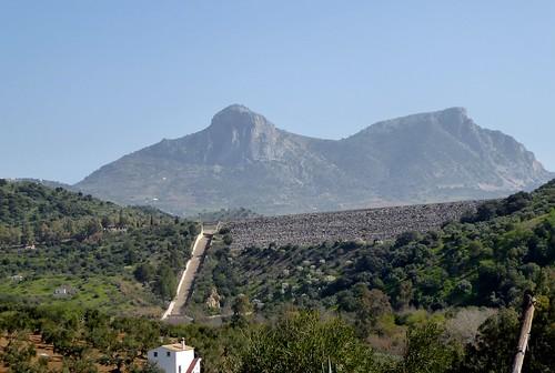 Zahara de la Sierra (Málaga-España). Paisaje desde el pie de la presa del embalse