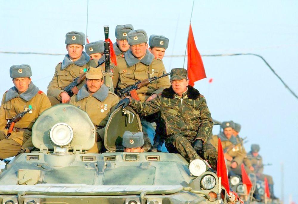 15 февраля 1989 года. Командующий ограниченным контингентом генерал лейтенант Борис Громов на броне БТР