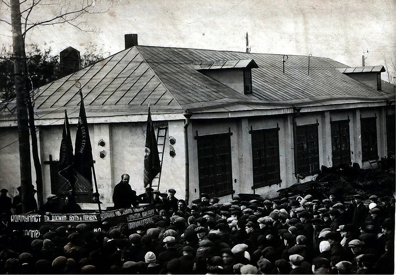Вичугский голодный бунт 1932 г.  Вичуга, митинг на литейно-механ. заводе, на трибуне Каганович успокаивает голодных Вичугских рабочих