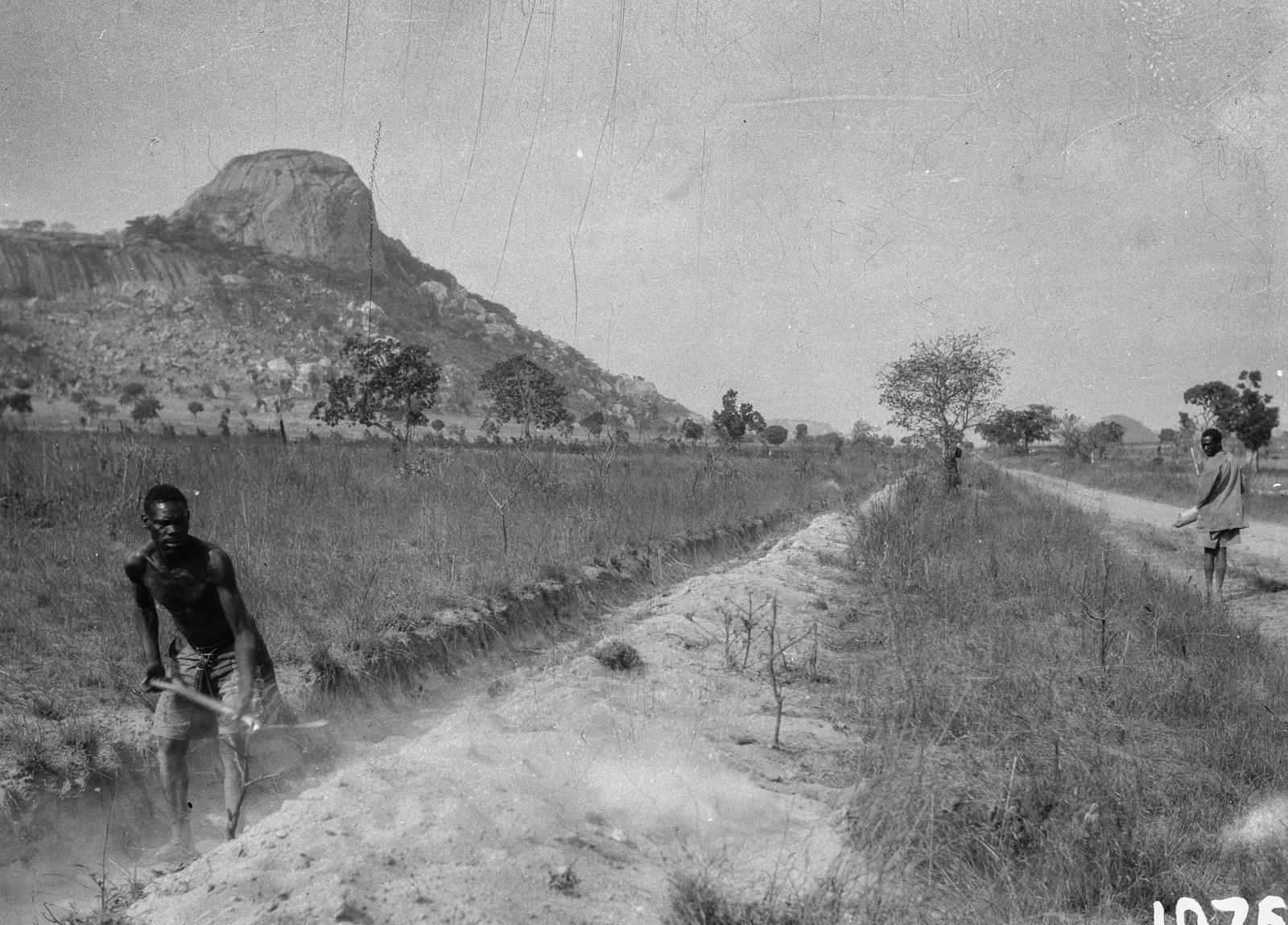 Мутоко. Двое мужчин занимаются полевыми работами в окрестностях города