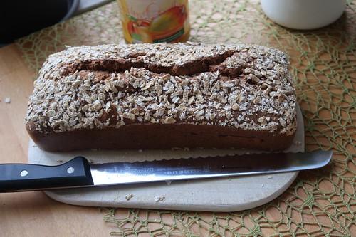 Frisch gebackenes Dinkelvollkornbrot mit Leinsamen (noch ganz)