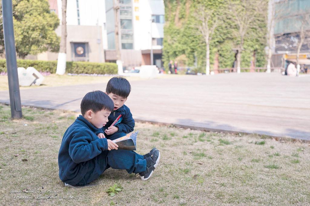 草地坐坐, 小书看看, 快乐就是这么简单