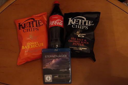 """Kettle Chips (Sorten Honey Barbecue und Sea Salt & Crushed Black Pepper) und Coca Cola zum Dokumentarfilm """"Sternenjäger - Abenteuer Nachthimmel"""""""