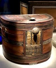 Boîte et couvercle en demi-lune en bois rouge avec incrustration d'ébène et d'ivoire et cartouches de Toutânkhamon, 1336-1326 av. J.-C.