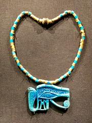 Pectoral en forme d'oeil oudjat avec chaîne en or et en faïence égyptienne, 1336-1326 av. J.-C.