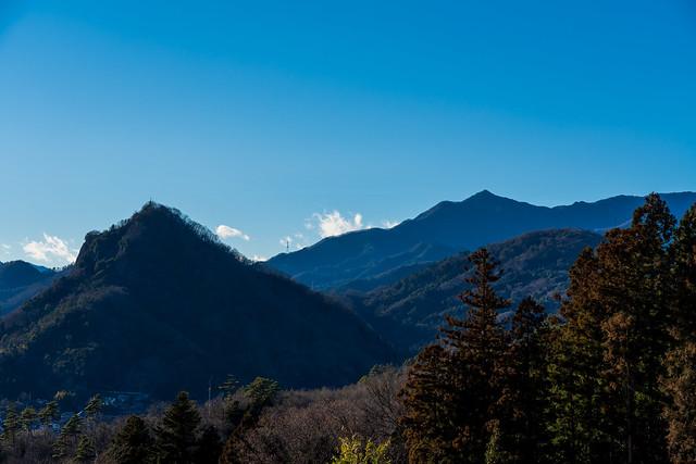 岩殿山と滝子山を見上げる
