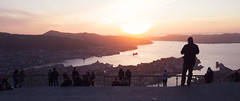 Folk på Fløyen som nyter solnedgangen