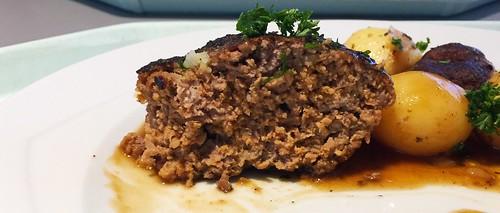 Homemade meatball - Lateral cut / Hausgemachtes Fleischpflanzerl - Querschnitt