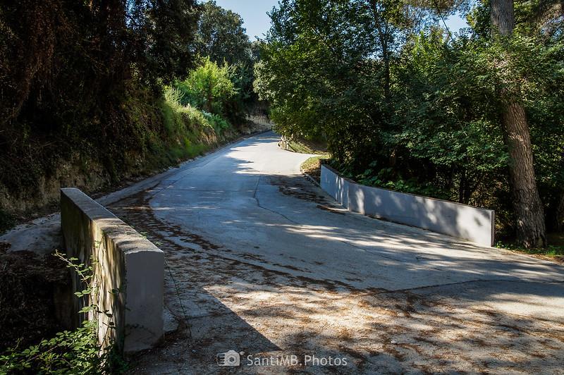 Carretera del Castell de Penyafort cruzando el Fondo de la Torreta