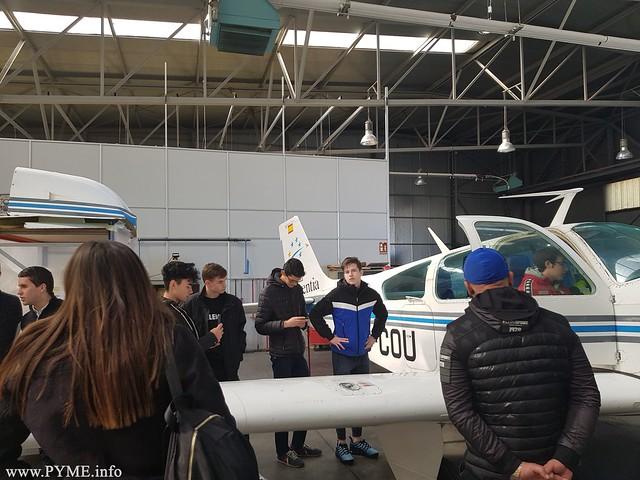 Varios estudiantes esperan para subir a uno de los aviones con los que cuenta Adventia para la formación de sus alumnos.