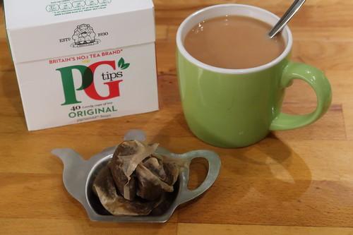 Mit Teebeuteln aus England zubereiteter Schwarzer Tee (gezuckert und mit Milch)