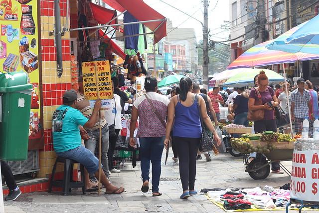 O Largo 13 de Maio, em São Paulo, possui grande concentração de trabalhadores ambulantes, que vendem desde roupas até frutas do nordeste - Créditos: Bruna Caetano