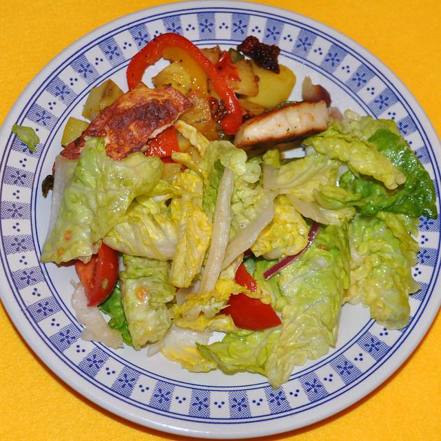 März 2019 - Paprika-Kartoffel-Pfanne mit gebratenem Halloumi-Käse und Römersalat - Foto: Brigitte Stolle