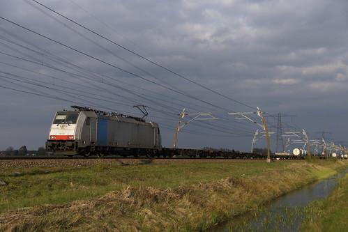 KombiRail 186 102-0 met een slecht beladen containertrein over de Betuweroute bij Angeren richting Meteren 11-04-2019