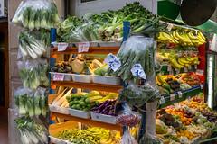 Nahaufnahme von spanischen Lebensmitteln in einem kleinen Supermarkt an der Carrer de Joaquín Costa in Barcelona