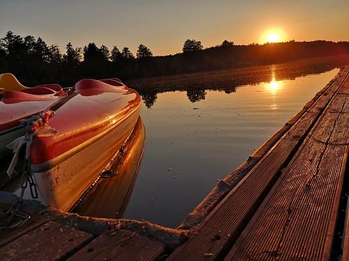 Zachód słońca w tle, a z przodu kajaki.  #Kajaki #Kajak #Woda #Jezioro #ZbiornikWodny #Zbiornik #Zachód #Słońce #ZachódSłońca #Koniec #KoniecDnia #Dobranoc #Podest #Drewno #Kładka #Odbicie #OdbicieSłońca #HuaweiP20 #P20 #Widok #PięknyWidok