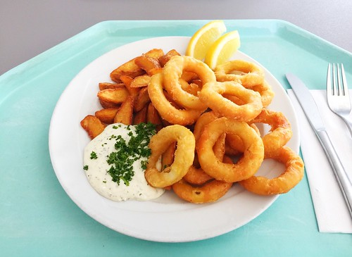 Baked calamari with country potatoes & remoulade / Gebackene Calamari mit Country Potatoes & Remoulade