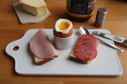 Schinkenwurst und Salami auf Toast zum Frühstücksei