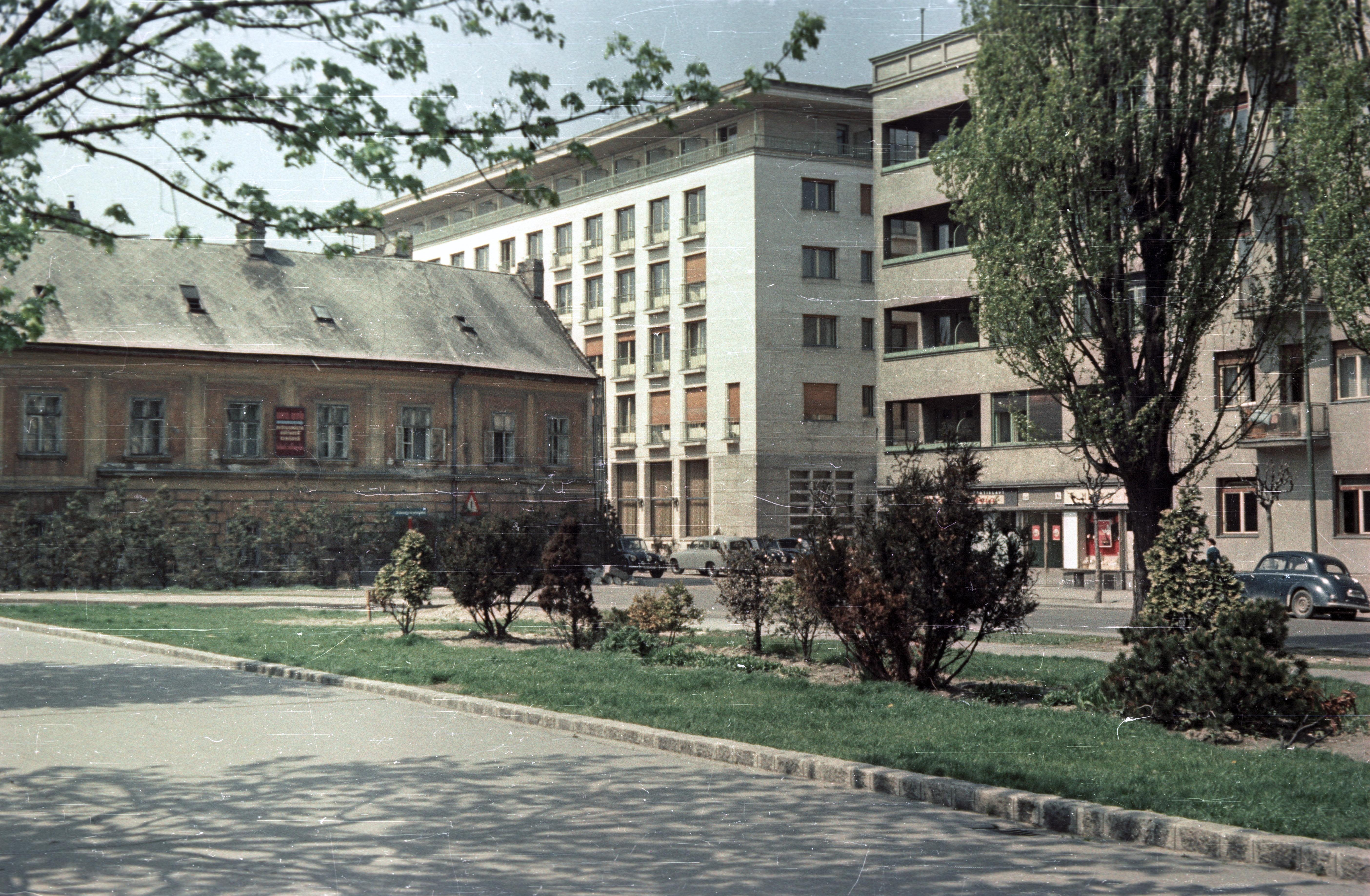 Братислава.  Дунайская набережная Разусова, отель «Девин» в центре