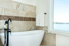 69 Eagle Point master bathroom soaking tub view