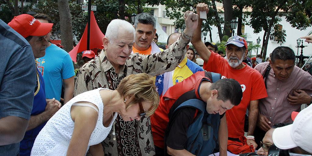 Embajador Jorge Valero firma por la Paz