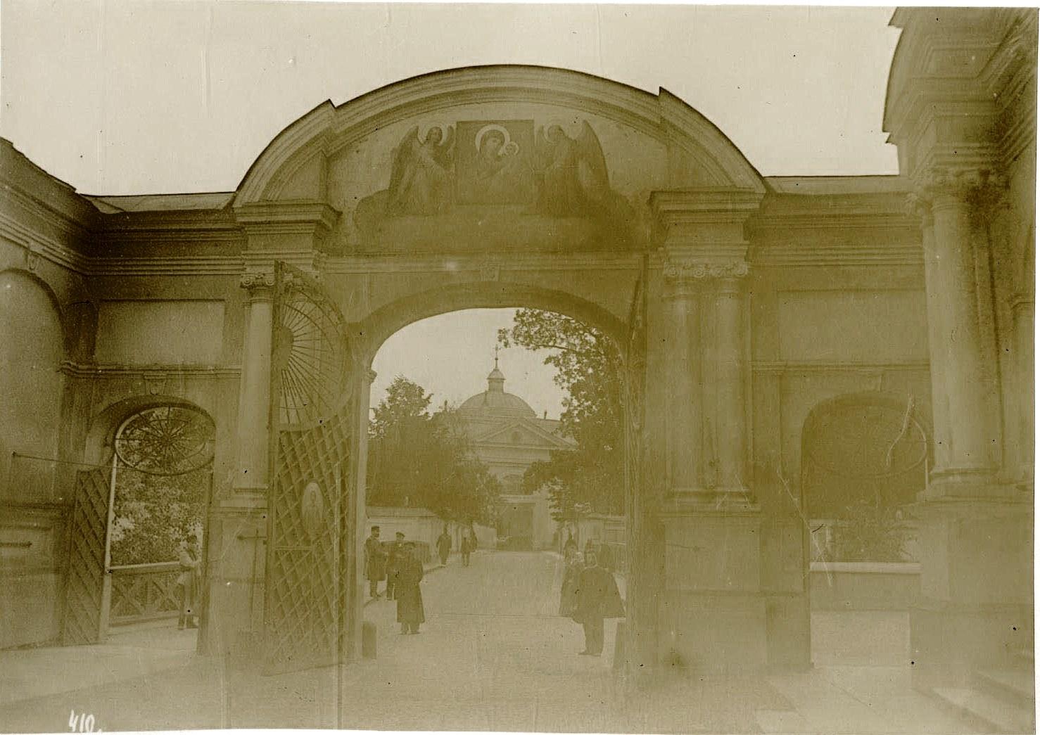 02. Въездные ворота (со стороны Лаврского двора), а вдали Святые врата