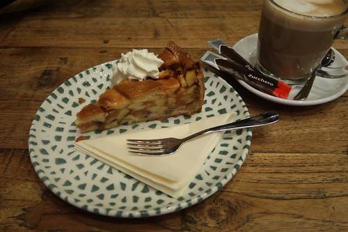 Appeltaart (von der Bäckerei De Groot) zum Coffie verkeert