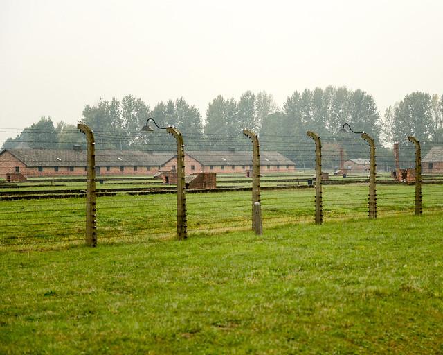Barracones y verjas metálicas de Auschwitz