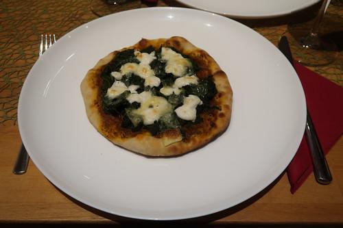 Pizza mit Spinat und Ziegenkäse