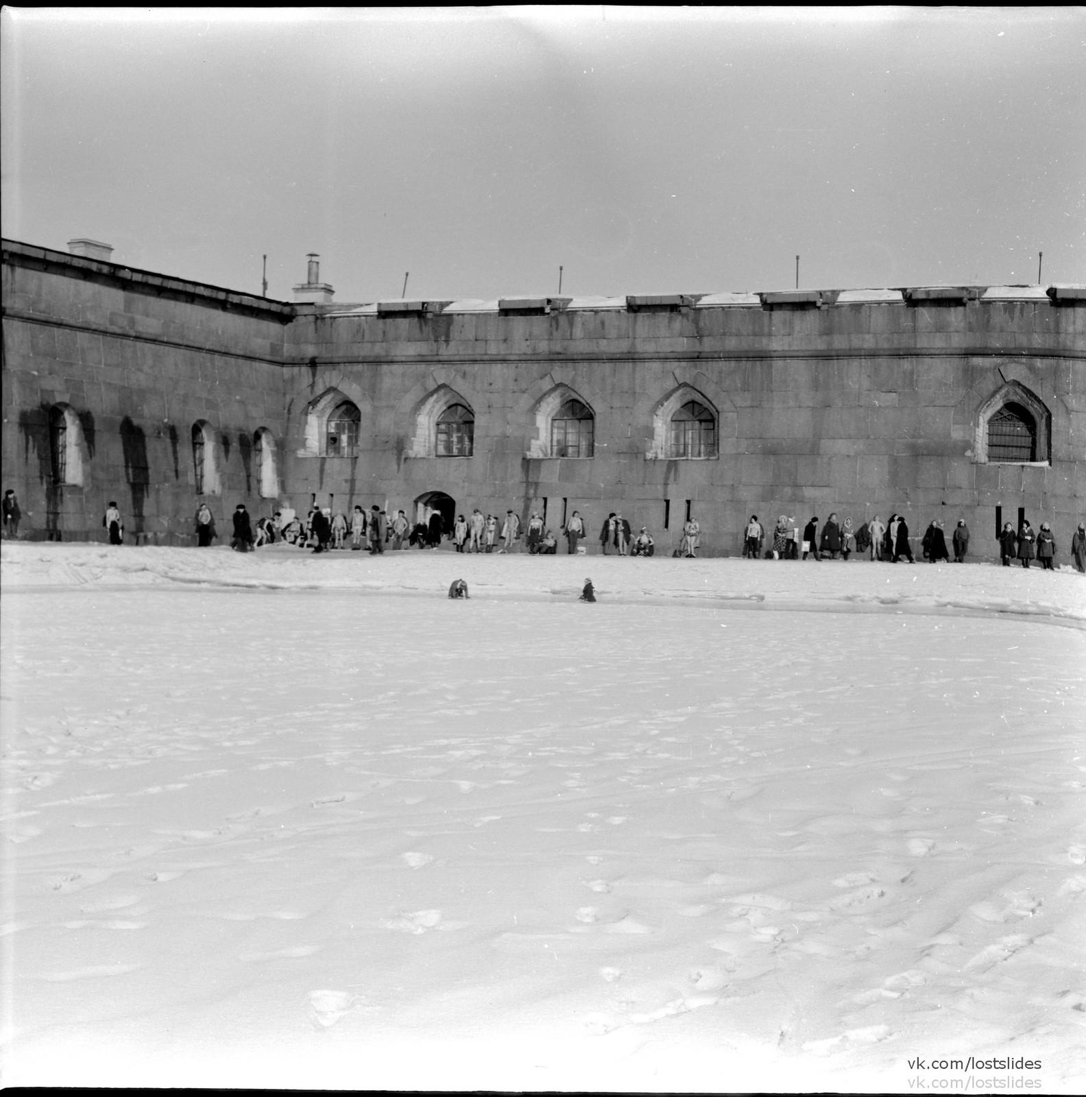 1982. Загорающие у Петропавловской крепости