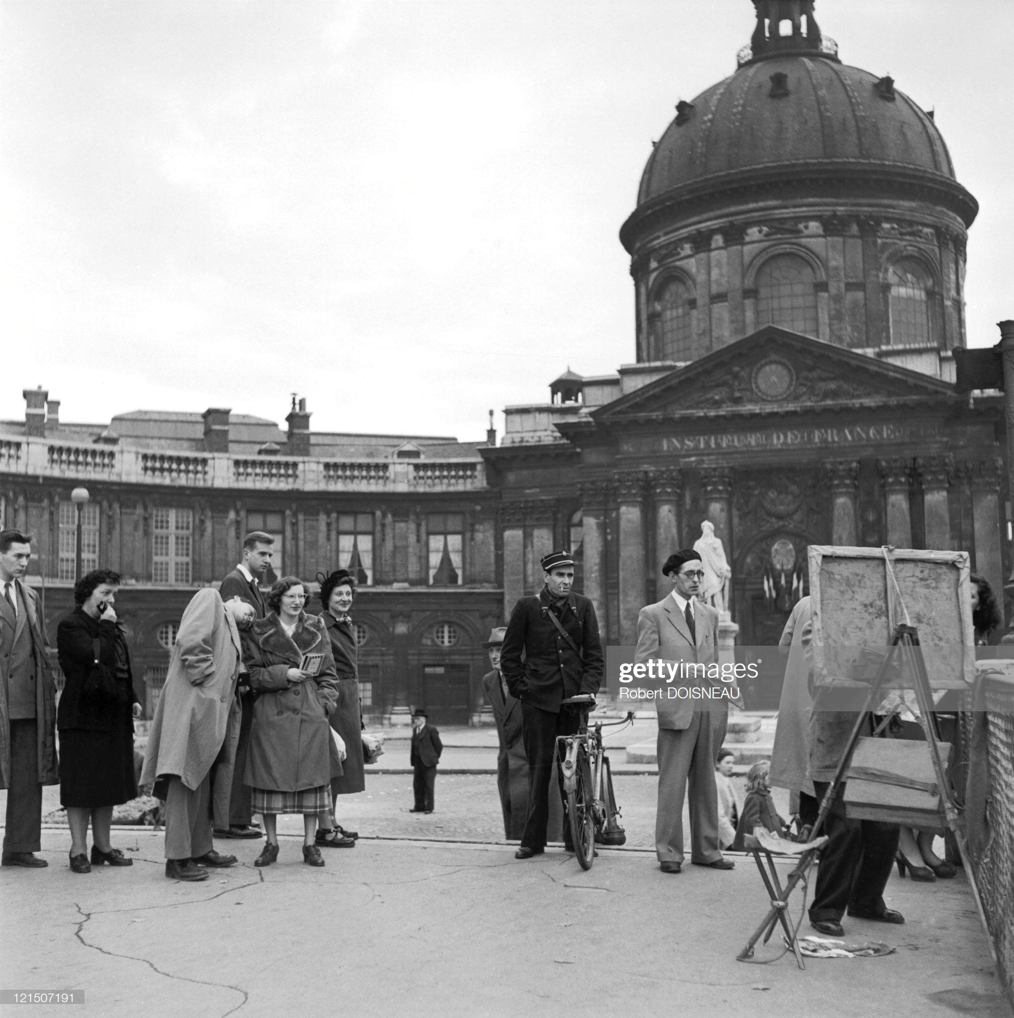 1953. Художник и иллюстратор Даниэль Пипар рисует на Мосту Искусств в Париже