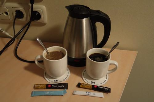 Instant-Kaffee mit Milchpulver bzw. mit Zucker