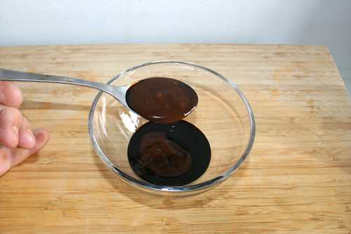 07 - Soja-, Hoi-Sin-, Austern- & Sriracha-Sauce in Schüssel geben / Put sauces in bowl