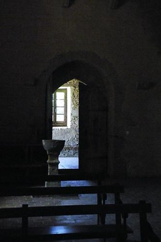 20090528 161 1107 Jakobus Sensacq Kirche Bänke Taufbecken Tür