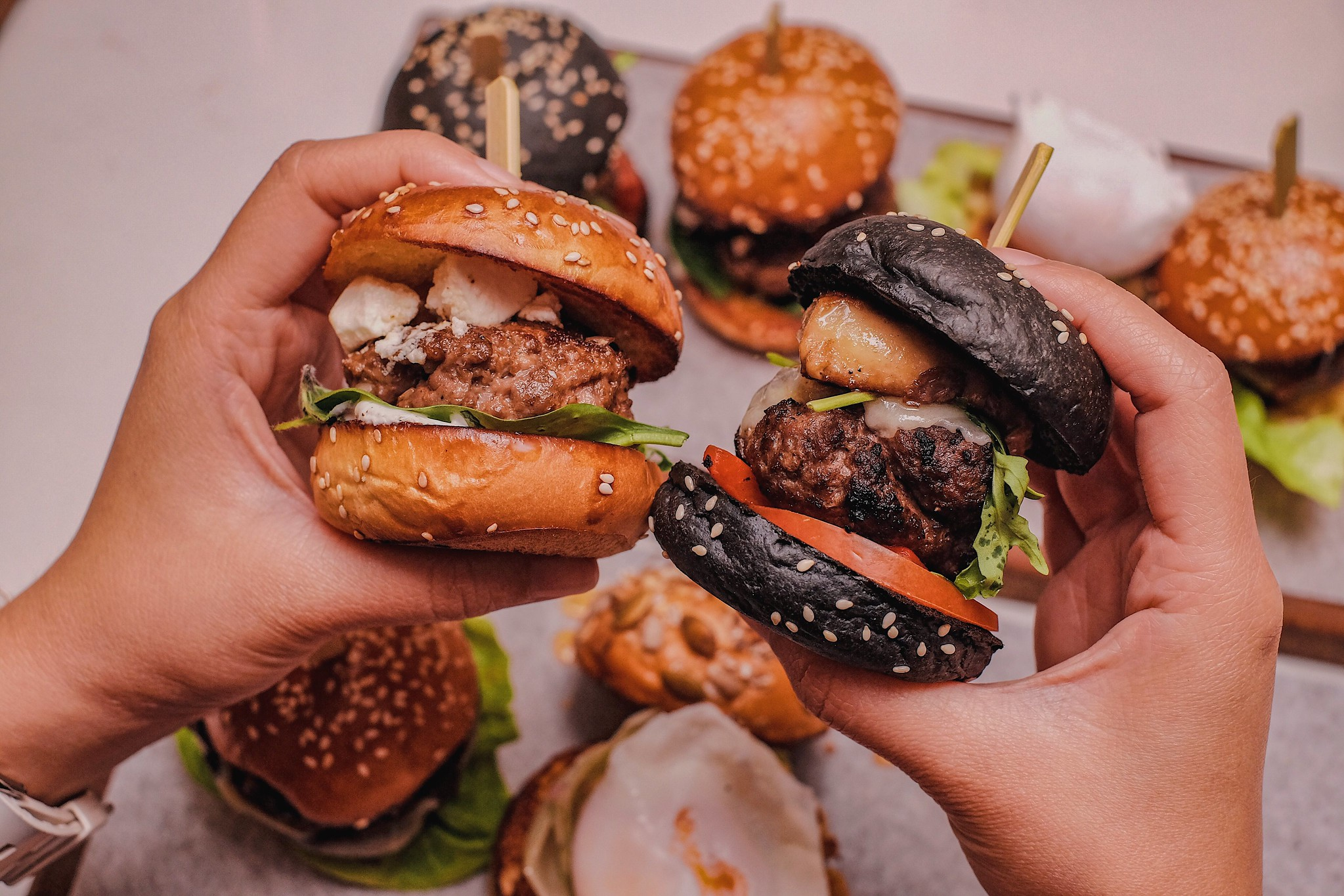 [SG EATS] 4 Juicy, Irresistible Gourmet Burgers At Crossroads Café | Singapore Marriott Tang Plaza Singapore