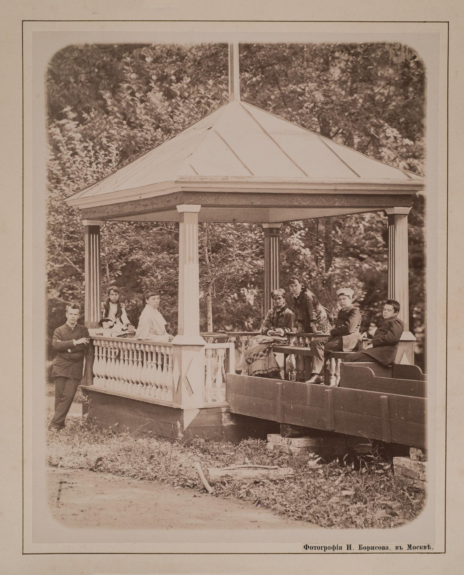 1882. Групповой портрет семьи Фон Мекк на террасе в Плещееве