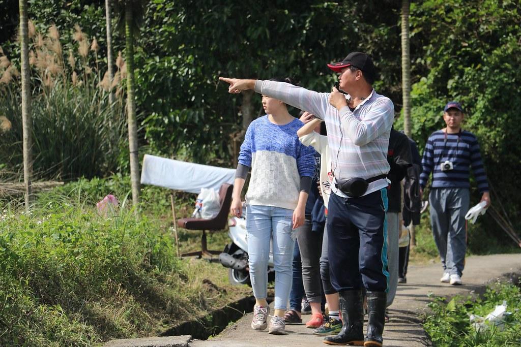 雙溪反水庫自救會會長呂瑞弘親自帶領環境營隊學員走讀認識雙溪的自然人文條件_林吉洋拍攝