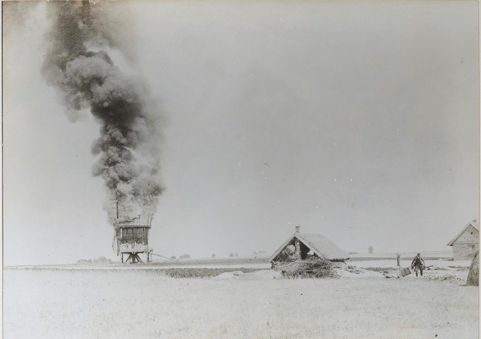 Большевики подожгли зернохранилище