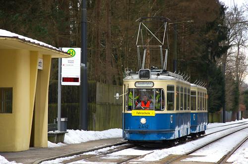 Am Freitag, den 1. Februar wurde statt eines P-Wagens der M4-Zug 2412/3407 für Fahrschulzwecke eingesetzt, hier in Grünwald, Parkplatz (Bild: Klaus Werner)