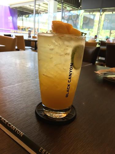 今日のサムイ島 3月23日 マンゴーソーダーと鶏軟骨( *´艸`) 昼下がりのエアコンカフェ‐セントラルフェスティバル