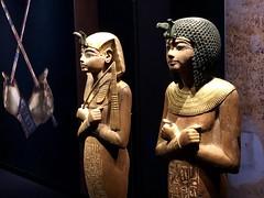 Chaouabti en bois portant un némès doré et un large collier et tenant un fléau, Chaouabti en bois portant une perruque ronde en ébène, l'uraeus en bronze et un collier en or, 1336-1326 av. J.-C.