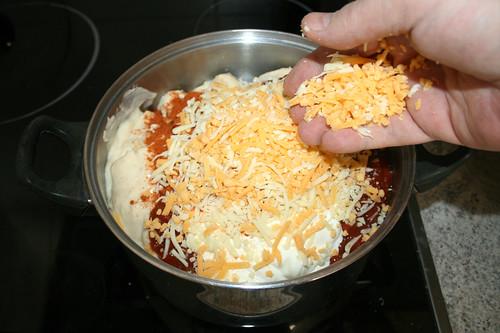 20 - Hälfte des geriebenen Käses einstreuen / Intersperse half of grated cheese