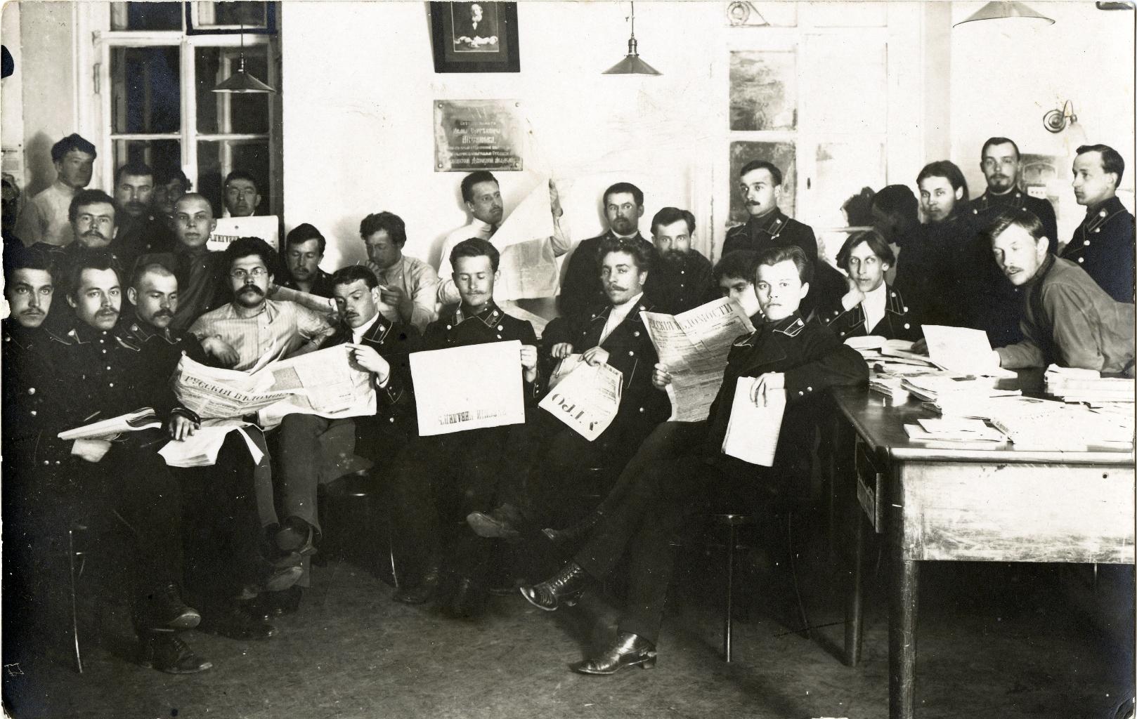 Студенты Московской Духовной Академии за чтением свежей прессы.