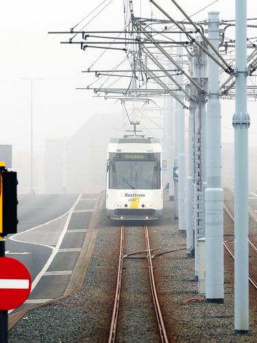 Kusttram nach Ausfahrt Nieuwpoort