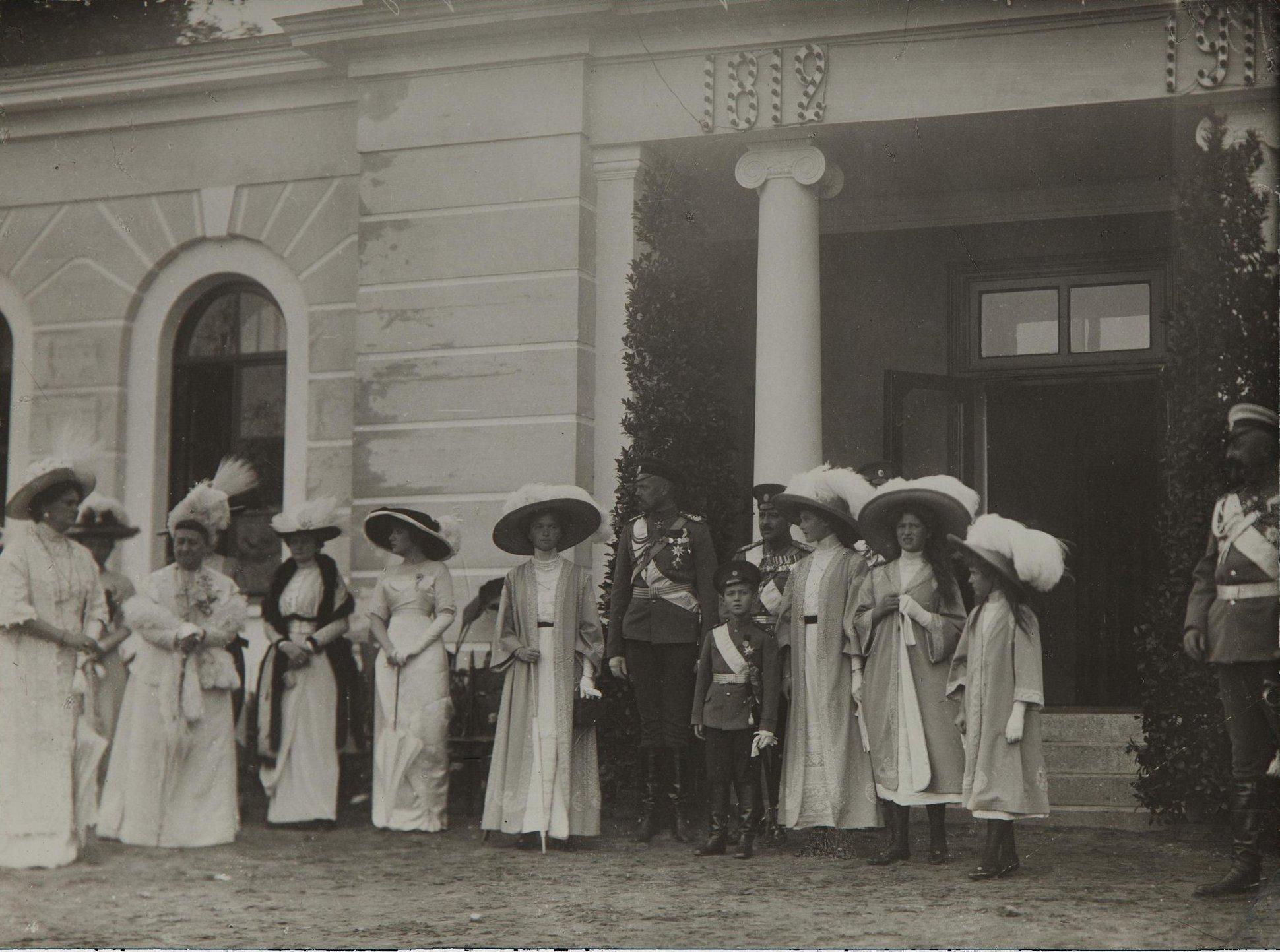 1912. Императрица Александра Фёдоровна с детьми во время Бородинских торжеств