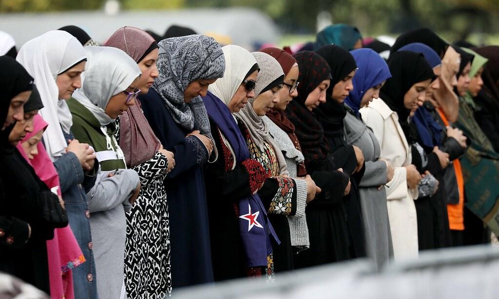大規模槍殺案後一週,基督城努爾清真寺外的禱告民眾。(圖片來源:Sanka Vidanagama/Rex/Shutterstock)