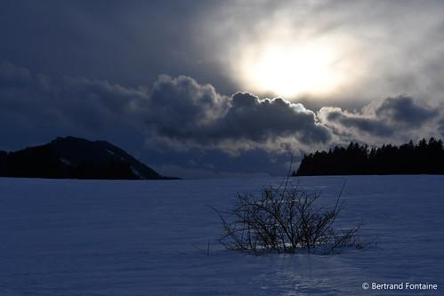 Le soir descend sur un paysage enneigé